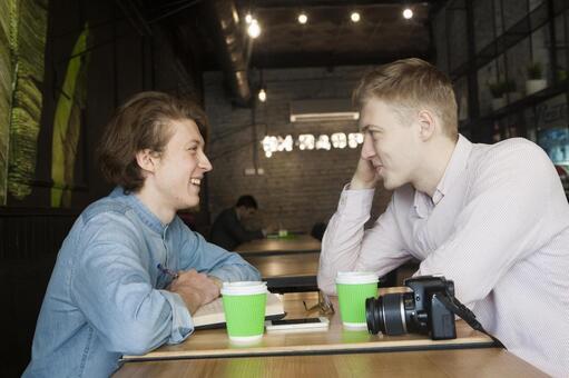 同性戀夫婦27坐在咖啡桌座位