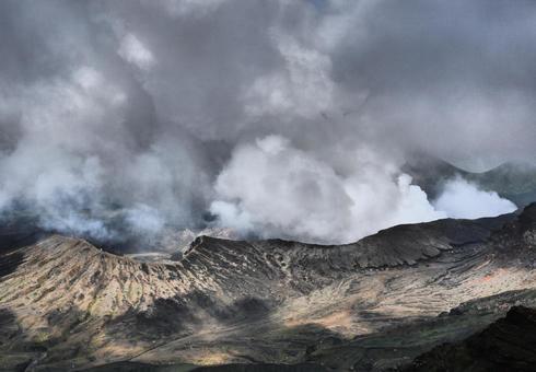 從火山的火山口冒出的煙
