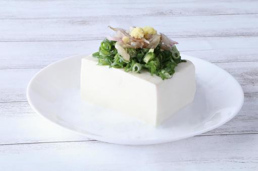 Cold tofu with plenty of condiments