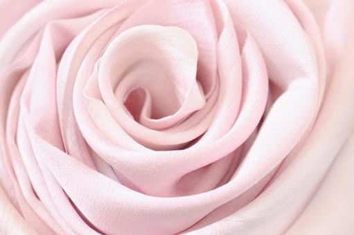 美麗的布料真絲包裹的玫瑰卷玫瑰布真絲粉紅色日式紋理背景左側