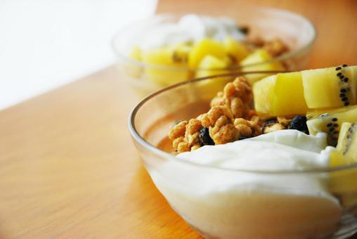 Breakfast of yogurt, kiwi and granola 3