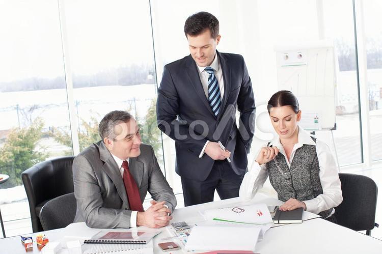 話し合うビジネスチーム3の写真