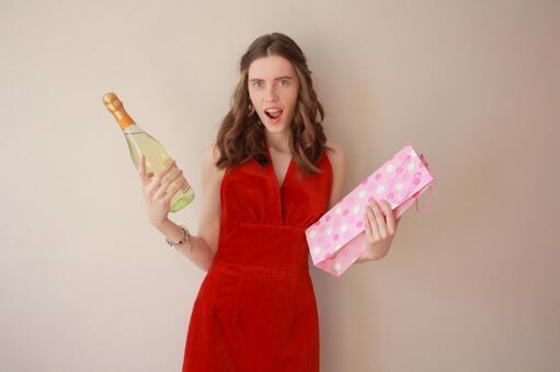 2名妇女香槟酒瓶