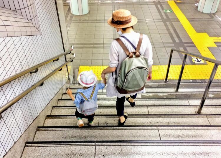 働く女性と子育ての写真