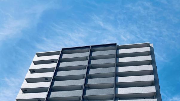 푸른 하늘과 아파트 부동산 이미지
