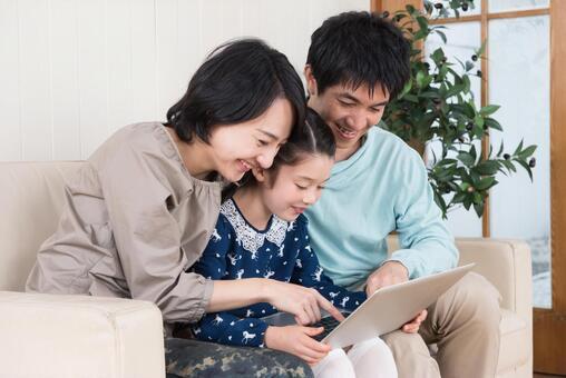 인터넷을 보는 부모와 자식