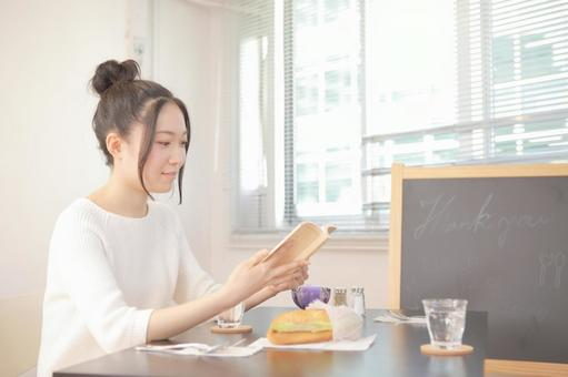 A woman reading at a cafe