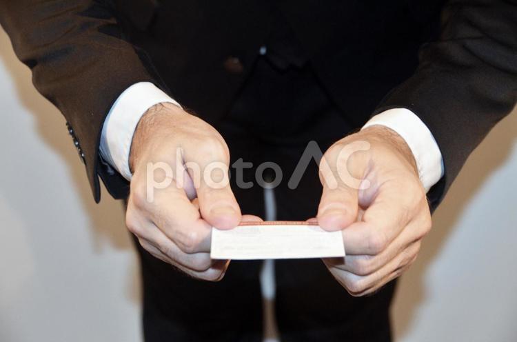 名刺を渡すの写真