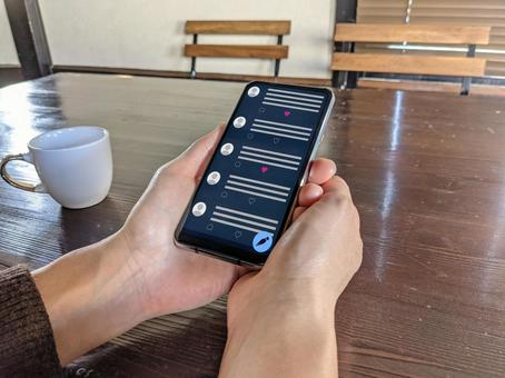 View the screen of your smartphone at a cafe (SNS app)