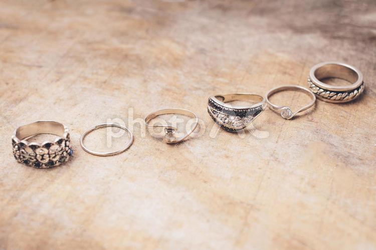 並んだ指輪の写真
