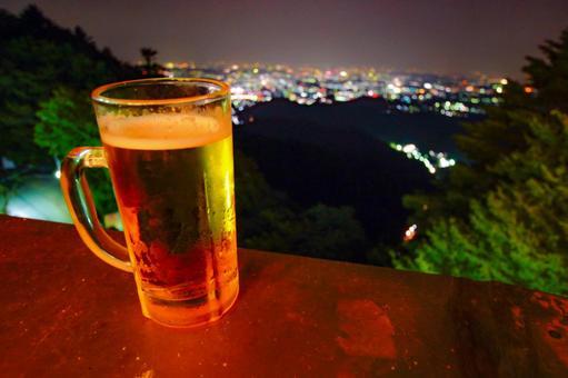 맥주 잔과 도시의 풍경