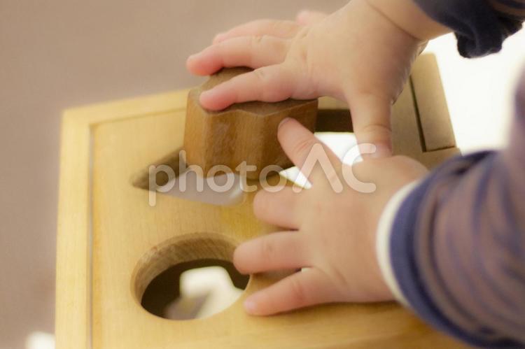知育玩具で遊ぶ赤ちゃん3の写真