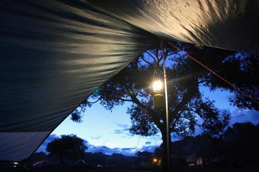 從篷布燈籠裡面看到的晚上營地風光