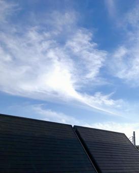 푸른 하늘과 단독 주택의 슬레이트 지붕