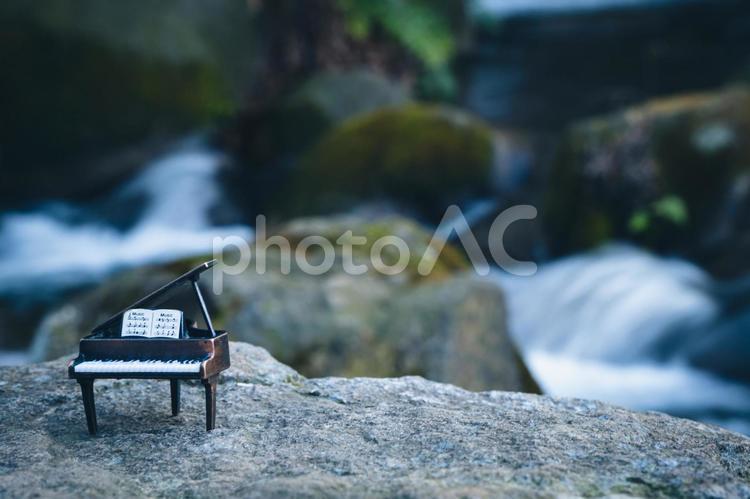 滝とピアノの写真