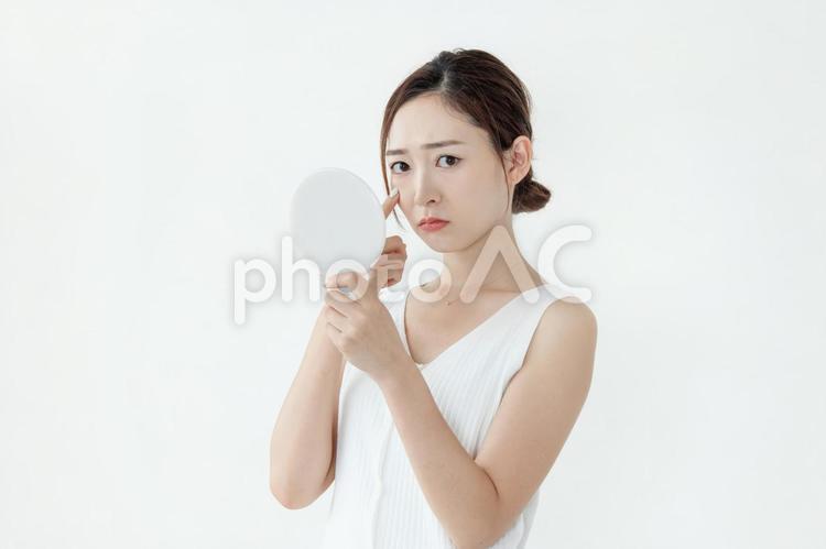 肌トラブルに悩む女性2の写真