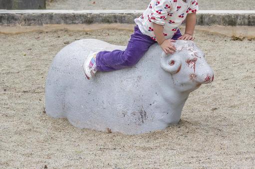 羊にのる幼児