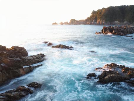 被冉冉升起的太陽照亮的大海