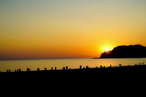 가마쿠라 해안의 일몰과 사람들의 실루엣