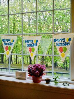 窓辺の風景と外の景色、誕生日の旗