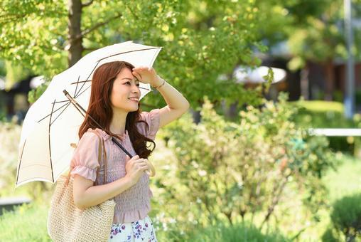 拿著陽傘的年輕女人