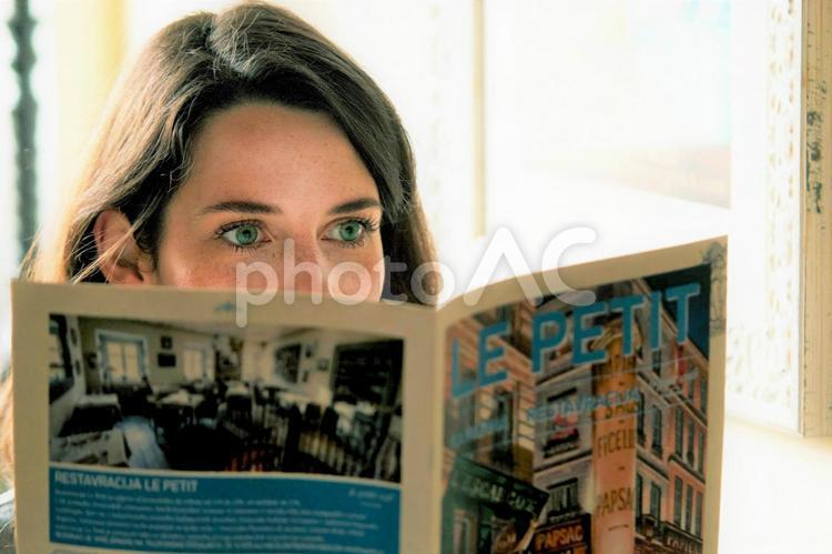 冊子を読む女性5の写真
