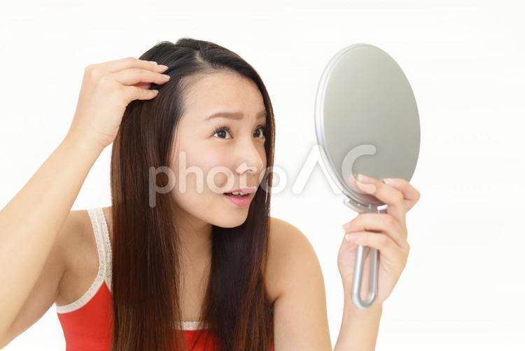 ヘアケアに不満な女性の写真