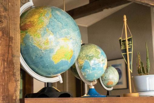 Lined globes