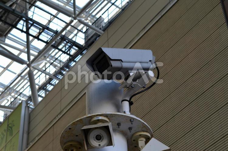 監視カメラ 駅ビル内の写真