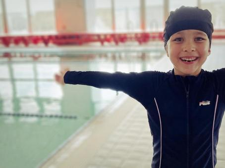 初めての競泳水着に喜ぶ娘