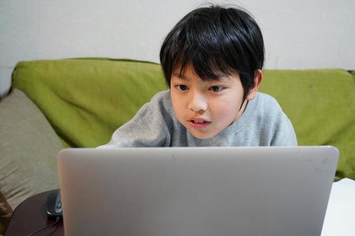 小學生在家學習