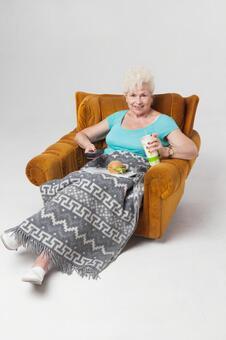 國外老年婦女11坐在沙發上