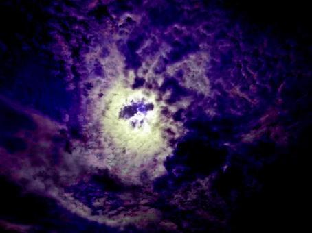 어두운 분위기의 하늘