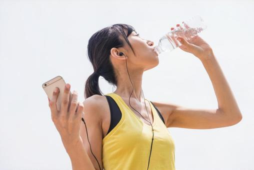 Women who drink water with smart hands during exercise 1