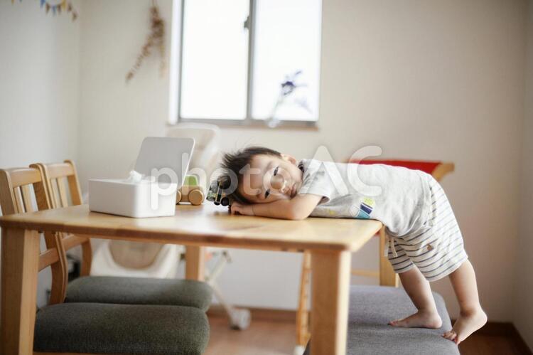 子どもとダイニングテーブル2の写真