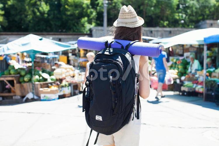 市場に来た女性の写真