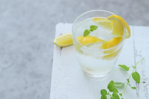 用檸檬和本土草藥喝 Detkus 水