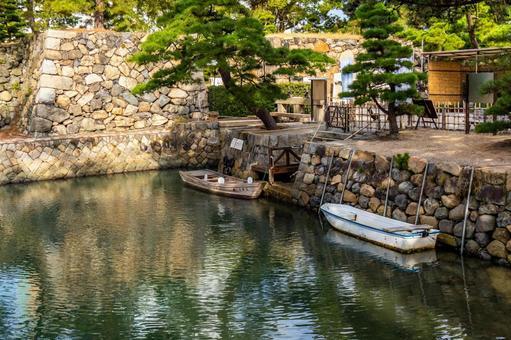 다카마쓰 성 호리 우치에 떠있는 배