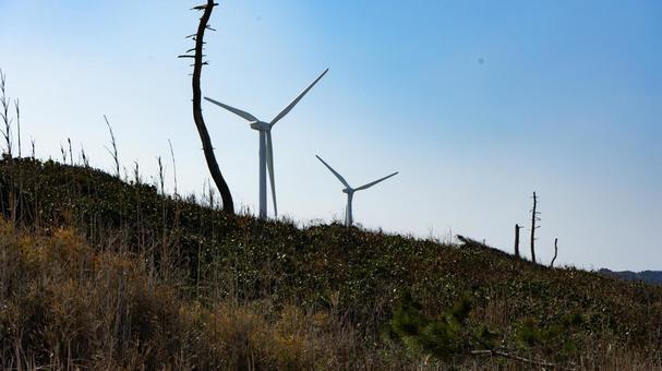 언덕 위의 풍력 발전기