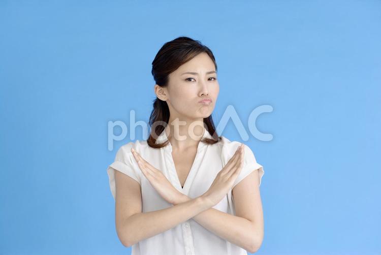 大きくバッテンする女性2の写真