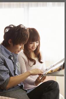 Couple seeing magazines 10