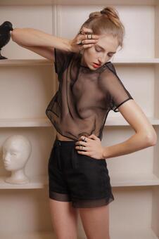 女模特穿着16网格的衣服
