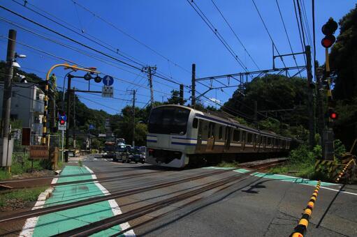 Railway crossing in Kitamikamura and the Yokosuka line train