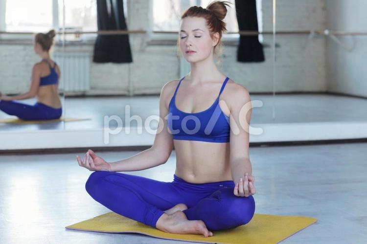 ヨガの止息をする女性5の写真