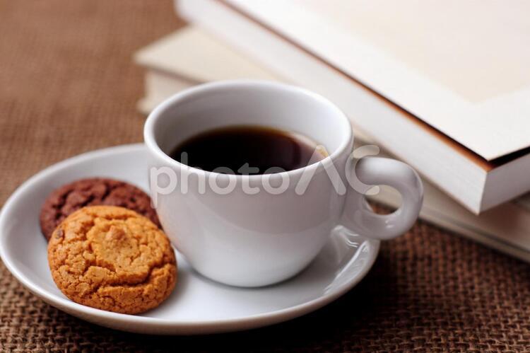 コーヒーと本の写真