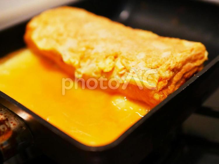 卵焼きを焼きくところ 卵焼き器 調理の写真