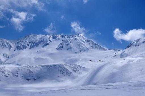 새로 내린 눈이 쌓인 무로 평 (다테야마 쿠 로베 알펜 루트)