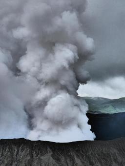 從火山噴出的煙霧