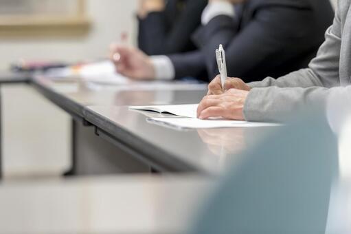 女人在一次研討會上做筆記
