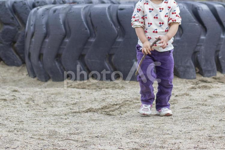 巨大タイヤと幼児の写真